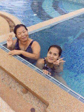 Ravindra Beach Resort & Spa: พาแม่ว่ายน้ำในสระ