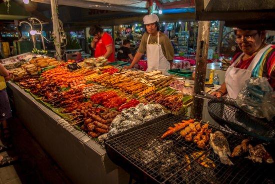 Woraburi Phuket Resort & Spa : Street Food A+