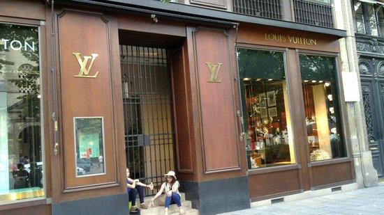 Quartier Saint-Germain-des-Prés : LV shop St. Germain des Pres