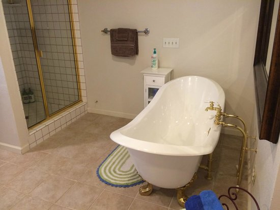 One Light B&B: Huge bathroom with his and hers sinks, shower and tub.