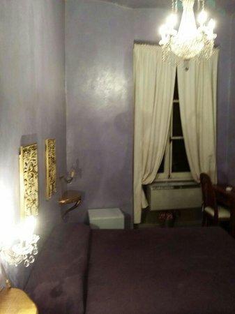 Il Covo Bed & Breakfast: La stanza Creta al III piano dell'edificio in Via del Boschetto 89 a Roma.