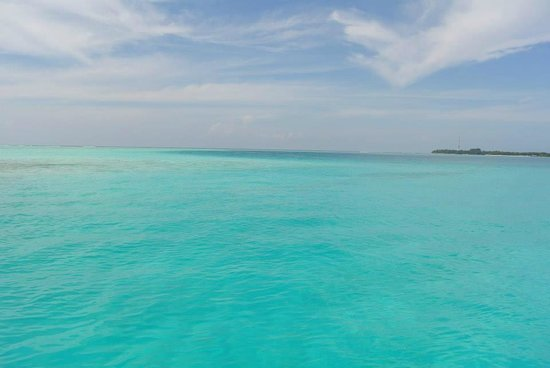 Vilamendhoo Island Resort & Spa: ทางที่เรือผ่านรับไปรีสอร์ท
