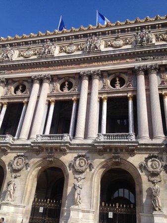 Opéra Garnier : 外観。目の前の広場では沢山の人がくつろいでいました。