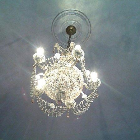 Il Covo Bed & Breakfast: Il lampadario della stanza Creta.