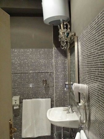 Il Covo Bed & Breakfast: Il bagno mosaicato della stanza Creta.