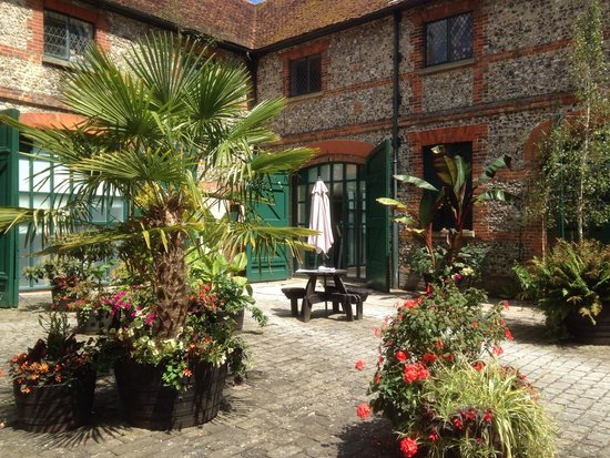 Warner Leisure Hotels Littlecote House Hotel: Pretty courtyard in Leisure Centre