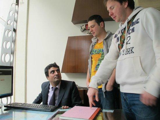 Hotel Aura: Рафик, работник тур агентства при отеле