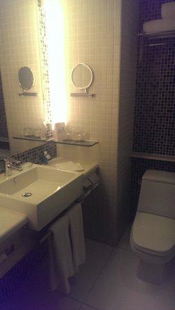 Novotel Century Hong Kong: Bathroom View