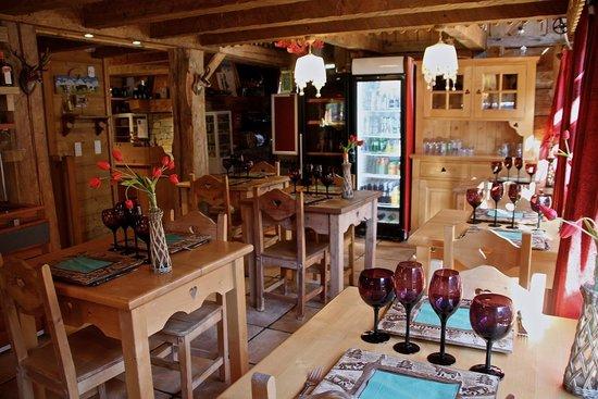 La Grange à Germaine Chalet Hôtel & Sp : Trouver une table dans la salle du restaurant A Fleurs d'Aulps