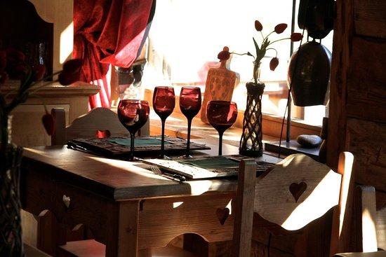 La Grange à Germaine Chalet Hôtel & Sp : Une table près de la fenêtre dans la salle du restaurant A Fleurs d'Aulps