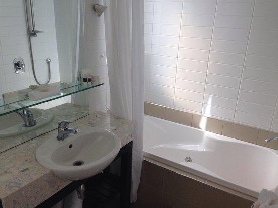 The Reef Resort : Spa bath in bathroom