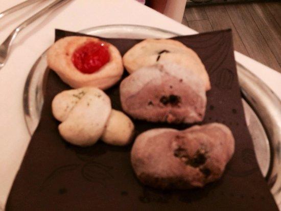 Ristorante Torre di Angelucco: Focaccine, taralli, panini integrali con uvetta e panzerotto alle olive (al posto del pane)