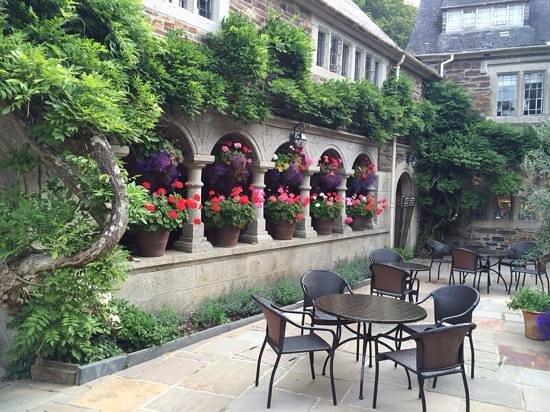 Lewtrenchard Manor: Gorgeous court yard...