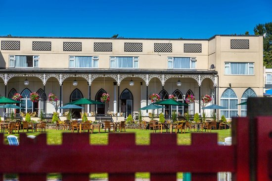 Langstone Cliff Hotel: The Victorian Verandah from the Childrens play area