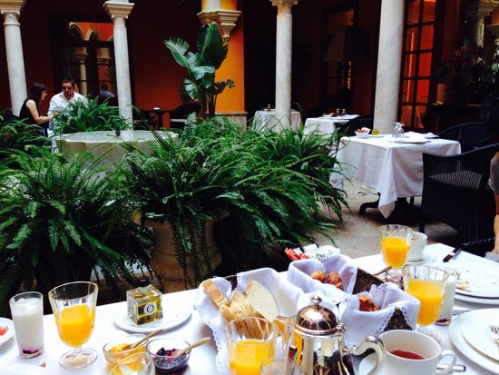 Boutique Hotel Casa del Poeta : Breakfast in atrium