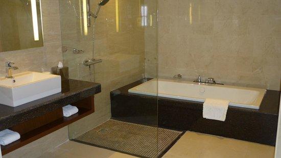 DoubleTree by Hilton Resort & Spa Marjan Island: Bad