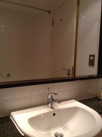 Doubletree by Hilton, Dunblane-Hydro: camera 207 - bagno - dettaglio specchio