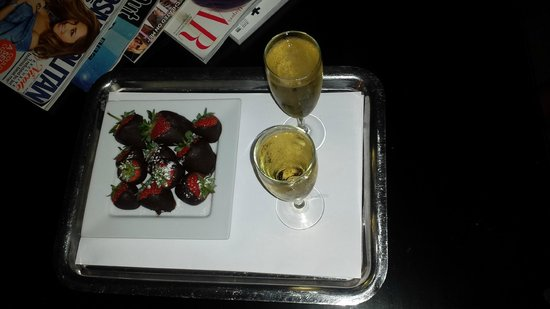K West Hotel & Spa: lovely chocolate coated strawberries