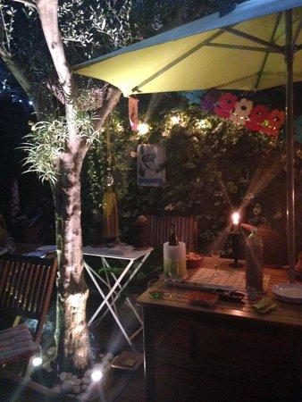 Caffeletti B&B : giardino, di notte