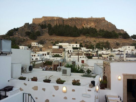 Acropolis Roof Garden Restaurant: Panorama suggestivo...al tramonto sotto l'acropoli di lindos!