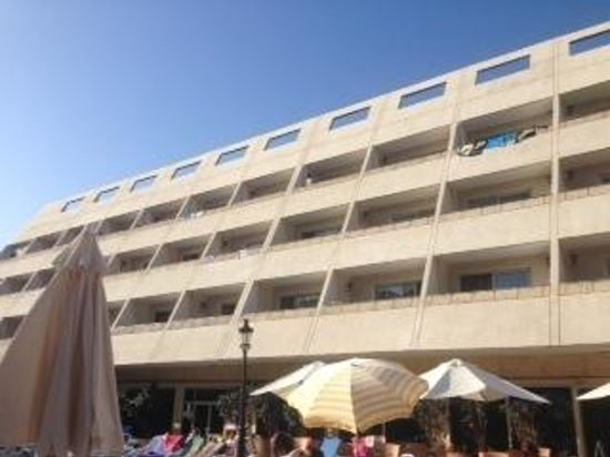 Las Piramides: view of the hotel from the main pool