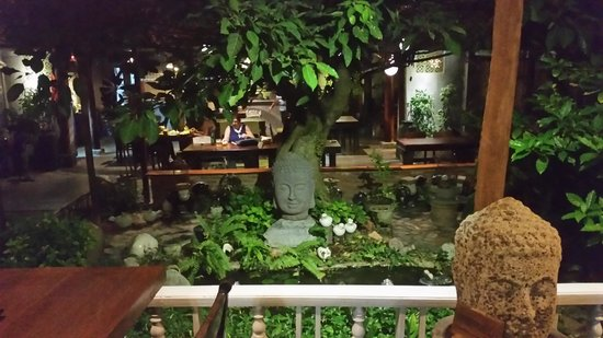 Son Hoian Restaurant: Garden setting