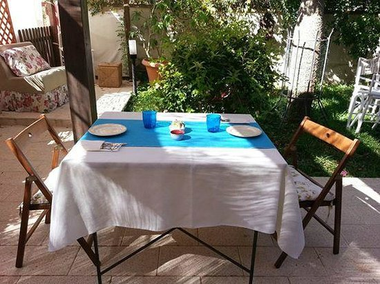 Il Visitatore: colazione in giardino