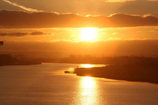Golden Jubilee Conference Hotel: Sunsrise over the River Clyde