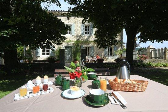 La Laùpio : Votre petit déjeuner servi dans le jardin