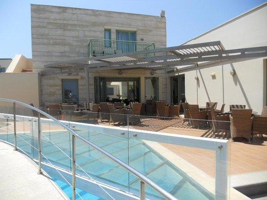 Une piscine et le coin ap ro bild fr n grand bay beach for Piscine lillers