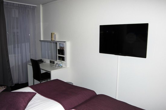 Best Western Kom Hotel Stockholm: Телевизор