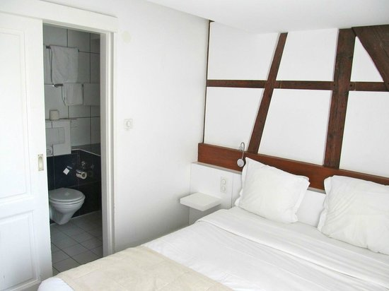 BEST WESTERN Hotel De L'Europe by HappyCulture : Bed and door to bathroom