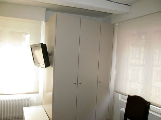 Best Western Hotel De L'Europe: Closet and TV in room