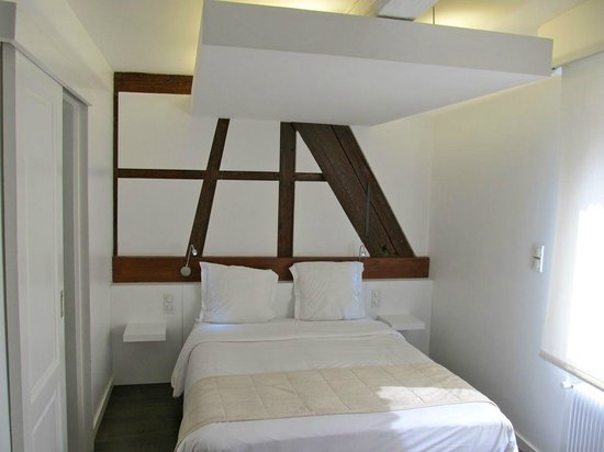 Best Western Hotel De L'Europe: Bed.  Loved the 1/ timbering