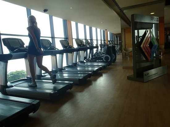 Sheraton Nha Trang Hotel and Spa: Hotel gym with beach view