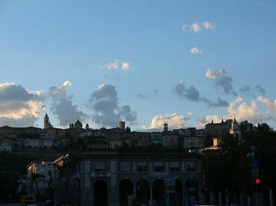 Best Western Hotel Piemontese: Blick aus dem Badezimmer auf die Altstadt