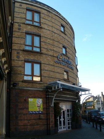 Camden Court Hotel: Facciata su Camden St.