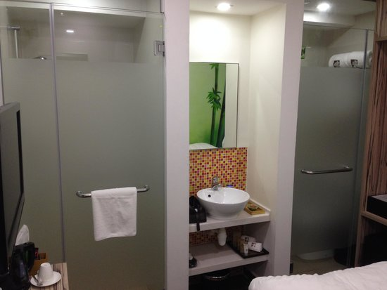 Hotel Clover The Arts: Shower and toilet layout