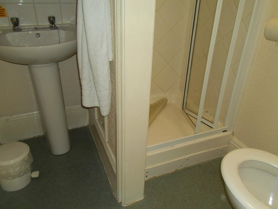 Bay Torbay Hotel: The Bathroom.