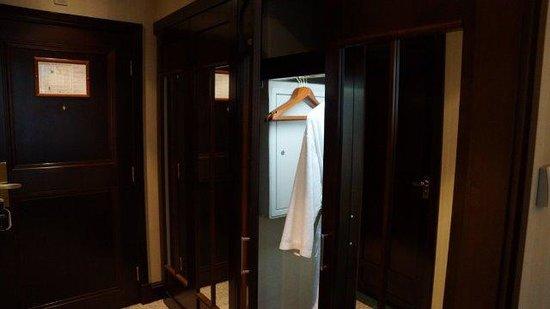 Esplanade Zagreb Hotel : Wardrobe