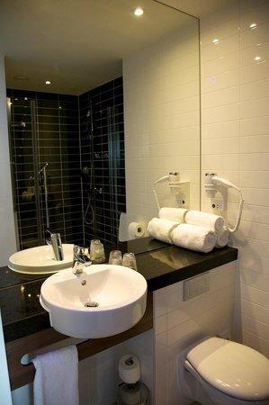 Holiday Inn Express Amsterdam - Arena Towers: Das Badezimmer mit der geräumigen Dusche