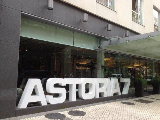 Hotel Astoria 7 : Entrada al hotel