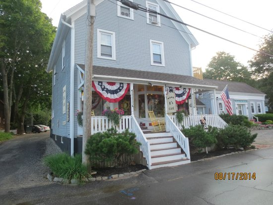 Mama D's Cafe Mercantile: front