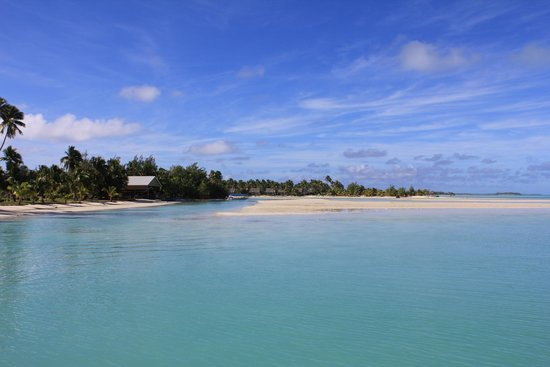 Aitutaki Village: Looking back at the beach