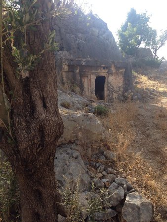 Hideaway Hotel: Ancient tomb on hillside by hotel.
