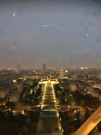 Le Jules Verne: Rainy night view, still breathtaking!