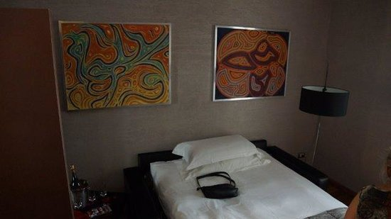Dharma Hotel & Luxury Suites: Sofa bed