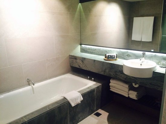 SKYCITY Grand Hotel : Bathroom, large, clean, modern
