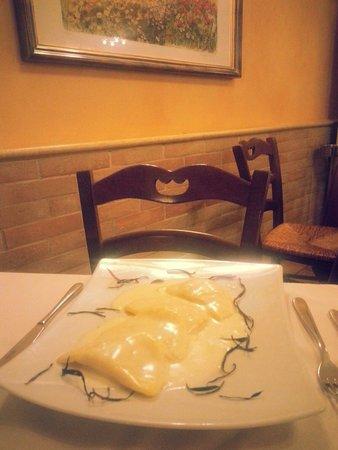 Ristorante il Morrice: Panzotti di patate zucca e mandorle su fonduta di pecorino fresco dei Sibillini