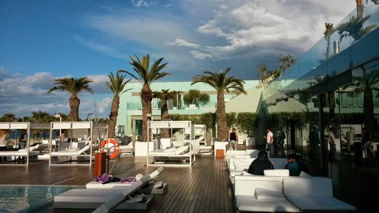 W Barcelona : vista della piscina